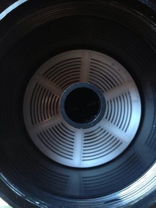 El carrete de plástico se coloca sobre un eje que crea una barrera apretada luz para la película.