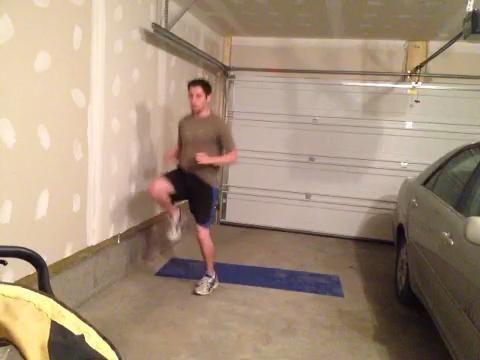 BRISTOL ROLLS: Jog en el lugar durante 15 segundos. Sentar rápidamente sobre su espalda, darse la vuelta a su frente. Haga 10 sprints de piso. Invierta el movimiento, un paso atrás. Repita x 4.