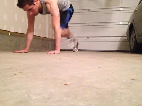 TABLÓN CÍRCULOS 1 minuto. Alterna entre la posición alta y baja del tablón con cada rotación. Trate de mantener el cuerpo recto mientras se mueve, y el bajo trasero. Cambie la dirección después de 30 segundos.