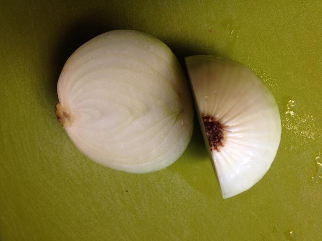 La mitad de la cebolla, precisamente en el medio