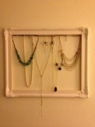 Cuelgue su joyería en los ganchos y el marco en la pared. También se puede poner un pedazo de cartón envuelta en papel bonito en la trama como un buen telón de fondo a la joyería.