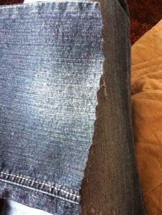 Ahora paso a uno de deshilache el borde crudo en pantalones cortos. Cortar el borde un poco más irregular para que pueda tomar mejores hilos. Comience tire de los hilos a lo largo del borde de salida.