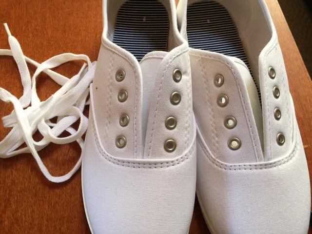 Tome los cordones de los zapatos.
