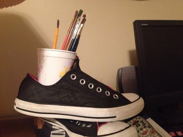 2. Utilice la brocha gruesa para pintar negro si el diseño anterior no es negro ya