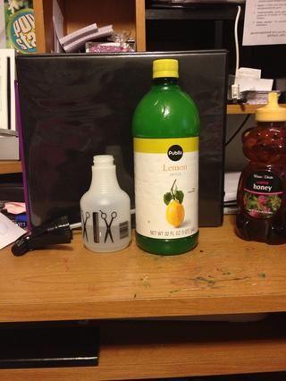 2.) Siguiente llenar la botella hasta 1/4 del camino con jugo de limón
