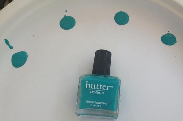 Comience por pulir 1 de uñas el color de partida. A continuación, hacer 4 colores adicionales a partir de su original como la base.