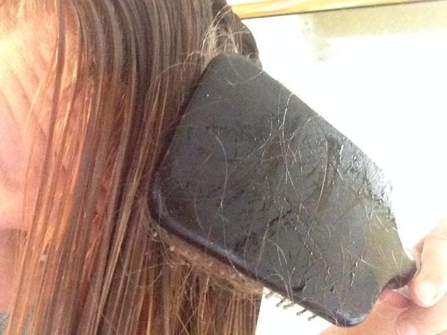 Ahora peinar su cabello, añadiendo cualquier mezcla de aceite restante a todo el cabello.