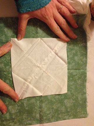 Planche la plana cuadrada. Luego dobla por los lados para formar un cuadrado más pequeño.