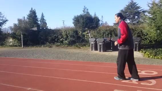 Runners saltos. Estos son saltos cortos. Al saltar, levante la rodilla hasta la altura de la cintura mientras se mece el brazo opuesto. Mantenga su dedo del pie flexionado hacia la espinilla. Y de pie de altura.