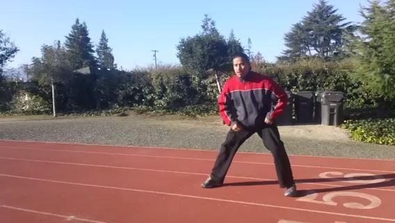 Shuffle lateral. Manténgase bajo y casi hacen un boxeadores tejen. No deje que su cruz pies y permanecer en una postura atlética baja.