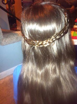 Añadir más horquillas todo las trenzas para evitar que se salga. También les debe Hairspray para asegurarse de que su pelo se mantenga así todo el día.