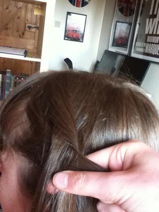 Comience trenzado. Recuerde, esto es una trenza holandesa, por lo que poner las piezas del cabello bajo el uno al otro, en lugar de uno sobre el otro como lo hace para una trenza francesa.