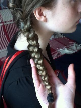 Braid todo el camino hasta los extremos y seguro con un lazo de pelo.
