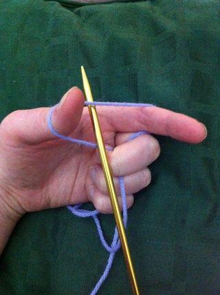 La celebración de la aguja en la mano derecha insertar la aguja en el centro del triángulo.