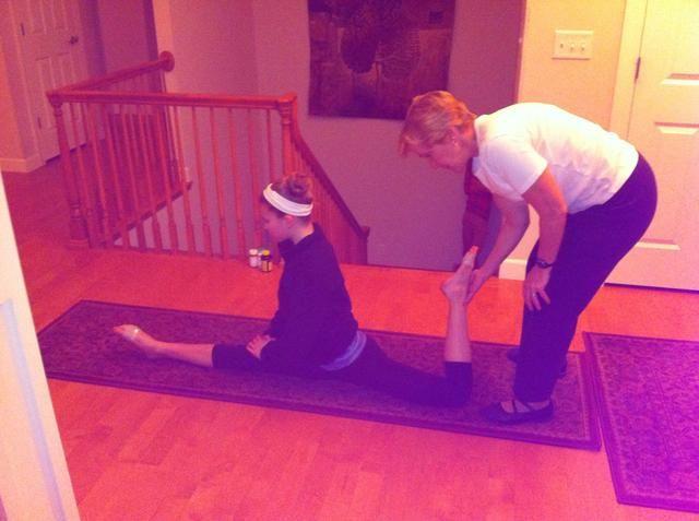 Tercer tramo (Parte 1 o 2): En una alfombra o colchoneta, entrar en sus divisiones. Haga que su elevación socio hasta la pierna de atrás lentamente y utilizar una mano para agarrar Ahold de que ...