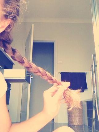 Trenza estos 3 hilos juntos hasta la parte inferior de tu cabello. (Suponiendo que usted sabe cómo trenza?)