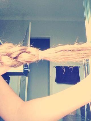 Y atar el cabello en la base de su trenza.