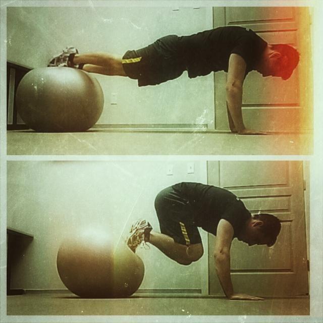 Jacknife. Descanse sus pies en la parte superior de la bola, y con las manos en el suelo empujarte hacia arriba en una posición de tabla. Dibuja los pies en el pecho, en un movimiento controlado suave. 10 repeticiones