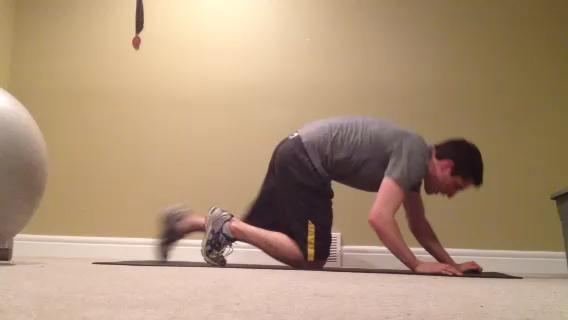 Plank durante 1 minuto. Flexiona los músculos abdominales, y mantenerlos flexionada. Trate de mantener los talones hacia atrás. Si un minuto es demasiado fácil a continuación, poner los pies en alto sobre un balón medicinal, o subir un pie del suelo.