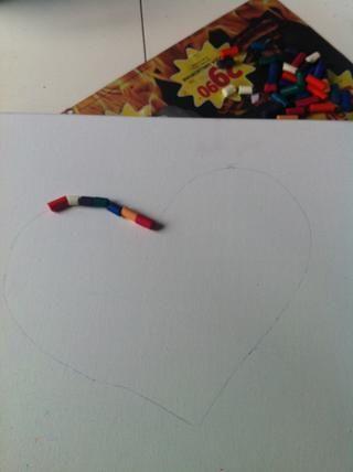 Ahora usted pone los lápices de colores en la que desea. En este caso yo uso un corazón así que puse mis lápices de colores en la línea de DON'T GLUE IT ON YET!
