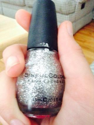 (Perdón por la calidad de la foto!) El brillo de plata que utilicé fue plata Shatter por Sinful Colors