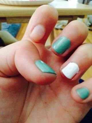 Pinta tu dedo anular con 2 capas de esmalte blanco