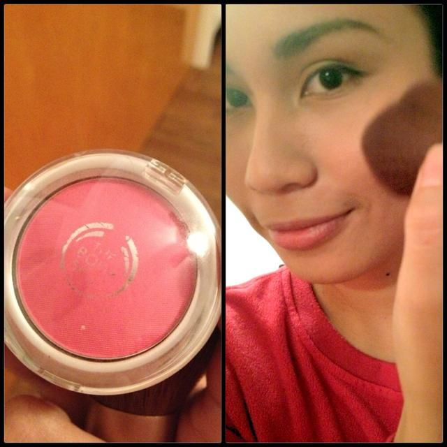 Sonríe y aplica tu rubor rosa favorito en las manzanas de las mejillas. -) Im usando todo en un color de sombra mejilla por The Body Shop en la guayaba