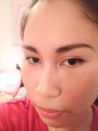 Línea de los ojos superiores y hacen un ojo sutil alado. Tame tus cejas.