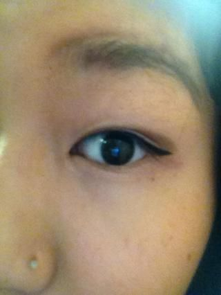 Aplique delineador y el ala hacia fuera si quieres. Winging tu delineador hará que tus ojos se vean más grandes !!