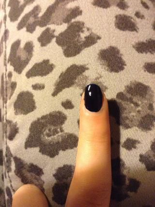 Comience con su capa de base, a continuación, agregar un esmalte negro o azul oscuro