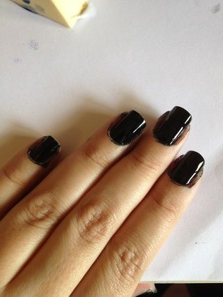 Pintar las uñas con el esmalte negro