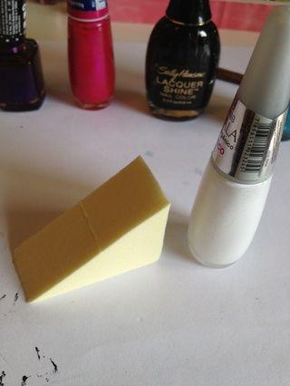 Tome la esponja y el esmalte blanco