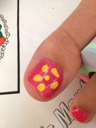 Siguiente pintura puntos amarillos azar y formas largas en cada uña