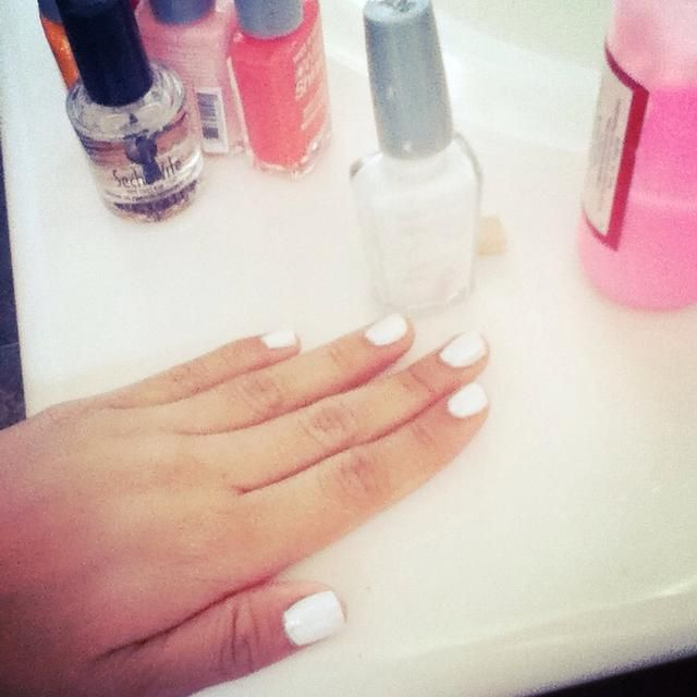 Aplique una capa de esmalte blanco. Doesn't have to be opaque, just as long as the surface isn't bumpy. This will allow the colors to show up more vibrant!