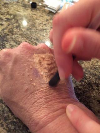Aplicar la sombra de ojos alrededor de la herida falsa para darle un efecto moretones.