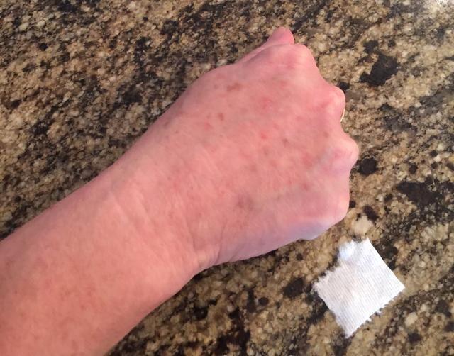 Lave y seque la mano, o parte del cuerpo, que está haciendo el maquillaje en. Tear 3 piezas de papel higiénico en el tamaño de la herida que desea.