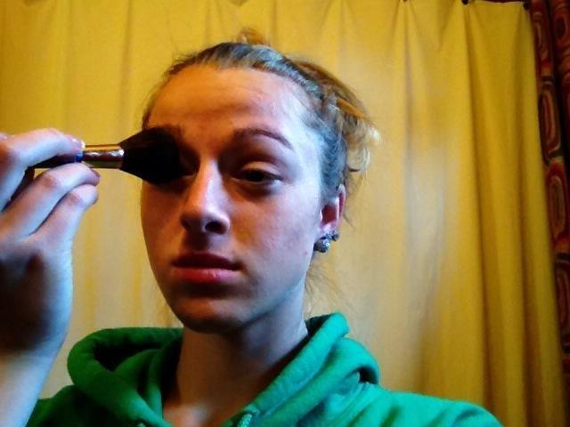 Mezclarlo con su pincel de maquillaje grande. Si fusiona al punto en que el maquillaje es demasiado claro, acaba de volver a aplicarlo y repita este paso.