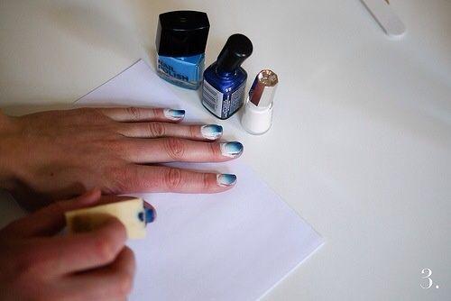 Ponga el borde de la esponja a la punta de la uña. Frote la esponja en que la uña. Repita hasta que've covered the nail. If the sponge runs out of polish, add some more. Continue to all of your nails.