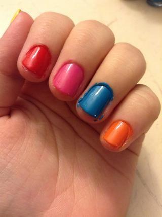 Pinta tus uñas rojo, rosa, azul (azul brillante), y naranja.