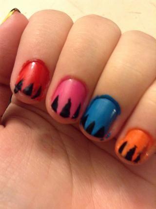 Pinte tres pequeños triángulos negros en las puntas de las uñas.