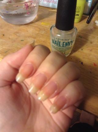Ponga una capa de base. Esto protegerá las uñas de las manchas y los fortalecerá.