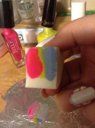 Usted puede recoger el esmalte con la esponja, o ponerlo directamente en la esponja.