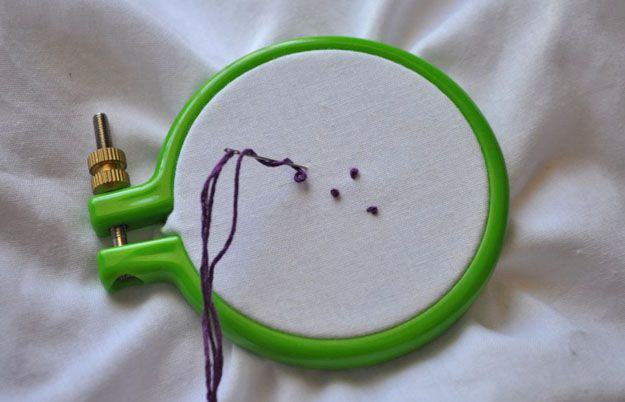 Echa un vistazo a cómo hacer el nudo francés | Bordado Puntadas en http://artesaniasdebricolaje.ru/ocupaciones/100-cmo-hacer-el-nudo-francs-bordado-puntos-de-sutura.html