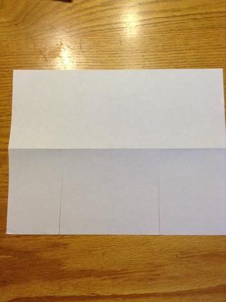 Hacer dos cortes que van hasta la línea de plegado en la mitad inferior del papel.