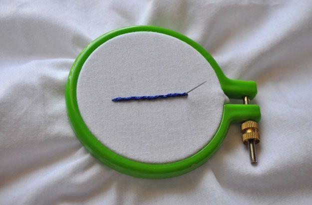 Echa un vistazo a cómo hacer la puntada de Split | DIY bordado Puntadas en http://artesaniasdebricolaje.ru/ocupaciones/101-cmo-hacer-the-split-stitch-bricolaje-bordado.html