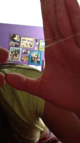 Tome el dedo índice de la otra mano y tire de la banda a los otros dedos (en el lado de la palma.)