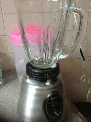A continuación, poner una taza de agua en la licuadora