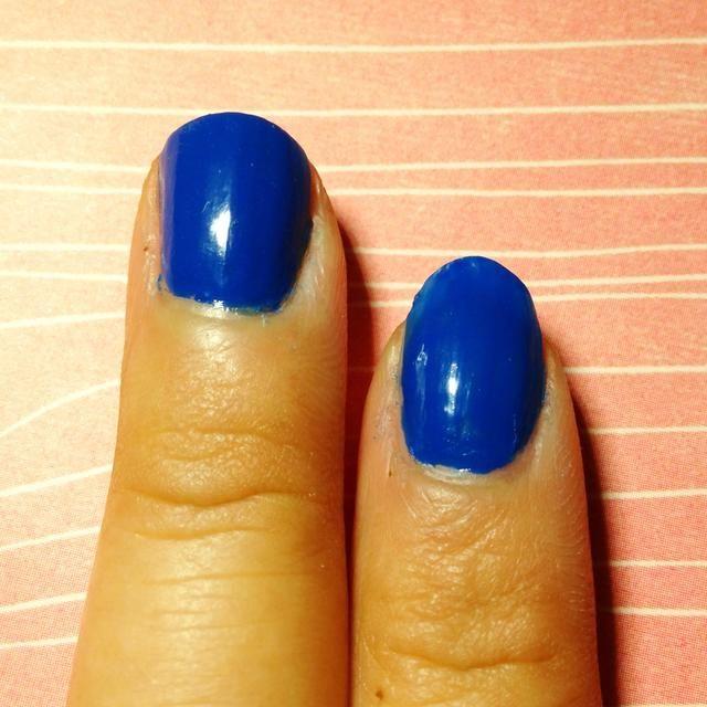 Pintar la base de las uñas de color azul.