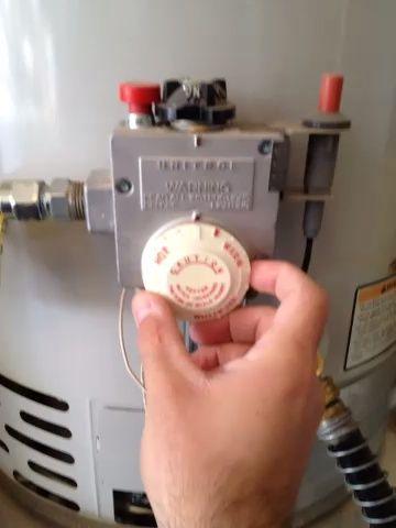 Ajuste la temperatura ABAJO. Esto evitará que la llama de venir mientras el drenaje de su tanque.