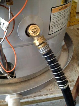 Conecte la manguera a la válvula de drenaje inferior. A veces esto puede ser un poco leaky- tiene un cubo y una toalla de mano!